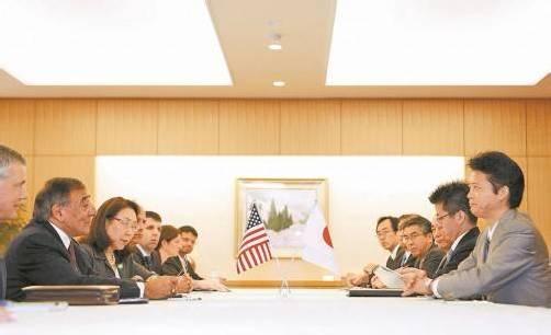 US-Verteidigungsminister Panetta(l.) reiste nach Japan, um u. a. mit Außenminister Gemba (r.) nach einer Lösung zu suchen. Foto: REUTERS