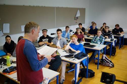 Der Lehrer und seine Klasse. In den Mittelschulen heißt es nun oft: Zwei Lehrer und ihre Klasse.  Foto: VN/Hartinger