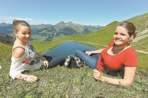 Was für ein Ausblick: Corinna Hofer (14) und Manuela Burtscher (21) haben ihr Lieblingsplätzchen gefunden. Zu Füßen liegt ihnen der kleine Bergsee oberhalb von Oberpartnom. Fotos: VN/Hofmeister
