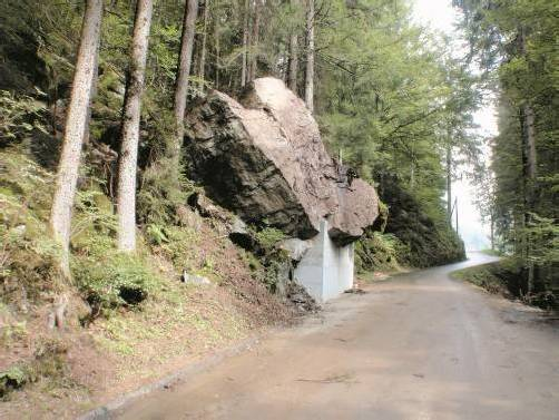 """Wurde mit """"Betonagen"""" stabilisiert und soll als Bollwerk gegen weitere drohende Steinschläge dienen: ein Felsbrocken im Silbertal. Foto: Gemeinde"""