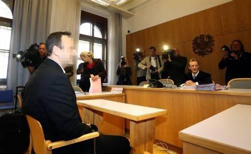 Zahlreiche Medienvertreter waren erschienen, um den Prozess zu verfolgen. Im Bild links: Thomas S., Olivers Vater. Foto: APA