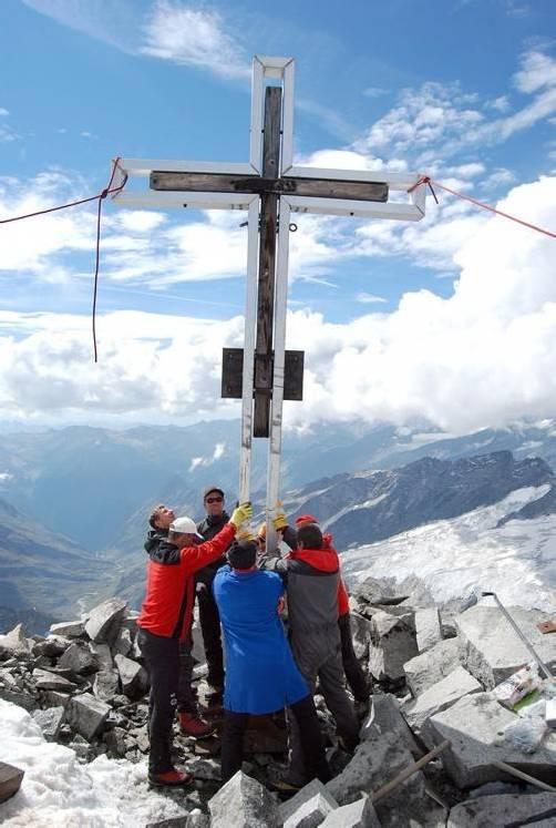 Zwölf Bergretter stellten das Kreuz wieder auf. Foto: Bergrettung