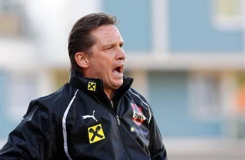 Österreichs Unter-21-Nationalteamchef Werner Gregoritsch in seinem Element. Gemeinsam mit seinem Team will er heute in Altach Schottland besiegen.  Foto: gepa