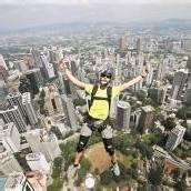 Gewagter Sprung aus luftiger Höhe