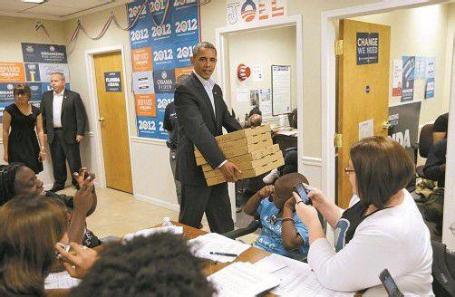 """Als """"Pizzamann"""" versorgte Obama am Wochenende seine Wahlhelfer in einem Büro in Florida. Foto: DAPD"""