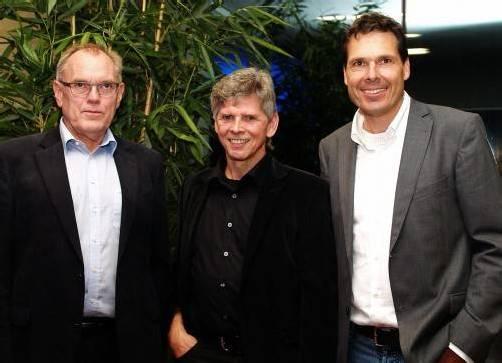 Altbürgermeister und Vernissageredner Hans Kohler (l.) mit Künstler Stefan Kresser sowie Geschäftsführer Thomas Rotheneder. Fotos: SIE