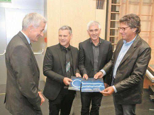 Architekten Dieter Walser, Erwin Werle und Gernot Thurnher übergeben den symbolischen Schlüssel in Form von Gutscheinen an Bgm. Berchtold.