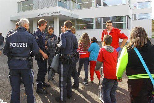 Auf dem Vorplatz der Mittelschule Oberau betreuten die Polizisten die verängstigten Kinder.  Foto: vn/hofmeister
