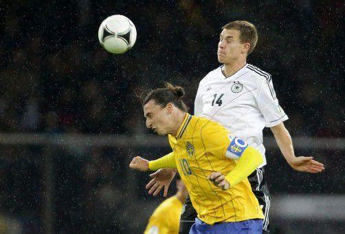 Auge zu und Tor: Schweden-Star Zlatan Ibrahimovic – im Bild gegen Holger Badstuber (r.) – leitete mit seinem Treffer zum 1:4 den Umschwung gegen Deutschland ein. Foto: apa