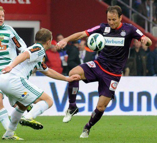 Austrias Tomasz Jun (r.) gegen Mario Sonnleitner. Fotos: apa/2
