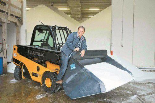 Autobahnmeister Gerald Gröger ist startklar: 2200 Tonnen Siedesalz lagern allein in der Halle der ASFINAG in Hohenems. Foto: VN/Paulitsch