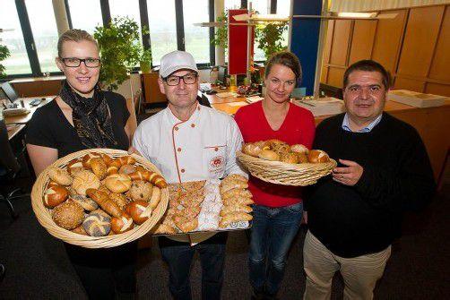 Bäcker-Innungsmeister Wolfgang Fitz mit Brot und VN-Redakteuren. Foto: vn/steurer