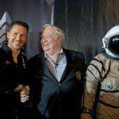 Baumgartner mit Joe Kittinger, der bereits im Jahr 1960 einen Sprung aus der Stratosphäre wagte. Foto: AP