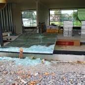 Glasplatte fällt auf Arbeiter