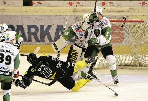 Beim letzten Heimspiel setzten sich Andrew Kozek (M.) und Co. gegen Laibach mit seinem NHL-Star Jan Mursak (l.) 5:4 durch – gegen Znojmo wird der vierte Saisonsieg angepeilt. Foto: VN/Stiplovsek