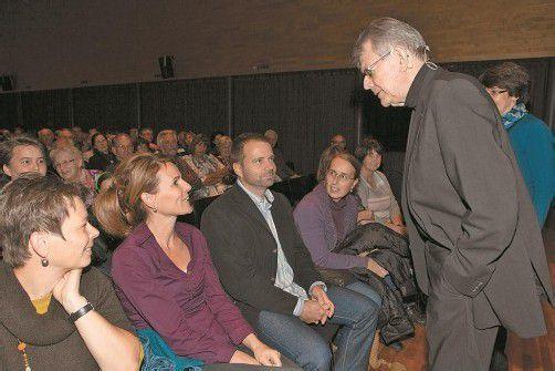 Bischof und Russ-Preis-Träger Kräutler liegt der Dialog mit den Menschen am Herzen. Das zeigte sich auch gestern in Wolfurt. Foto: Vn/hartinger