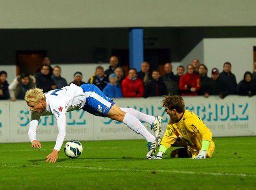 Bitterer Moment für Austria-Torhüter Lukas Hefel, als er David Witteveen von den Beinen holt, dafür Rot kassiert und es einen Elfmeter gibt. Fotos: gepa/3, Krug