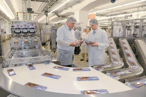 Bürgermeister Mandi Katzenmayer und Werksleiter Matthias Zoller bei der Einweihung der neuen Produktionslinie. Foto: VN/Stiplovsek