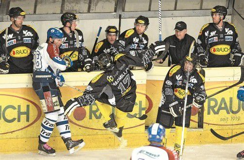 """Da nützte auch der """"fliegende Mitchell"""" vor der Dornbirner Spielerbank nichts – die routinierten Kroaten machten den Bulldogs schwer zu schaffen. Foto: VN/Stiplovsek"""