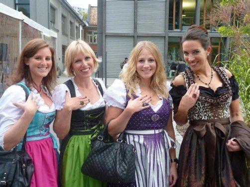 Damen mit Dirndl und Partylaune: Sabrina Pichler (l.) mit Alexandra Schröder sowie Caroline Fink und Sandra Stadelmann.