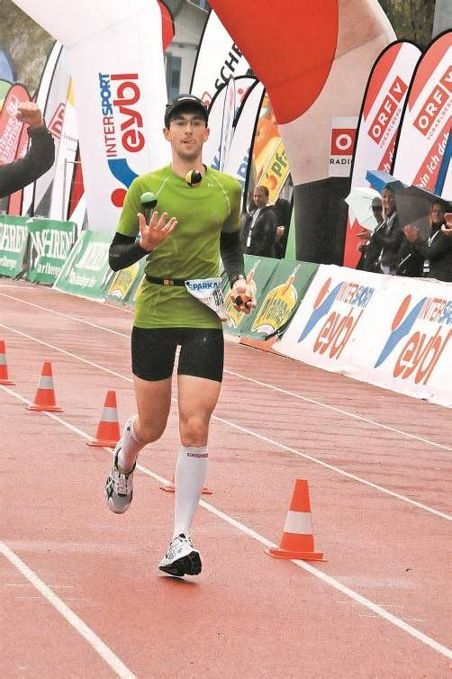 Daniel Raum jonglierte über 60,105 Kilometer mit drei Bällen.