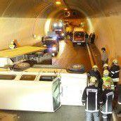 Fahrzeug kippte im Tunnel um