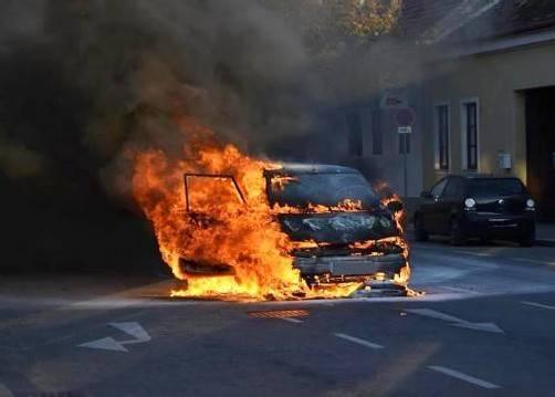 Das Familienauto brannte völlig aus. Foto: POLIZEI