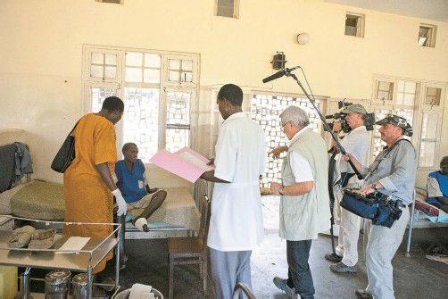 Das Filmteam im Einsatz vor Ort. Das Aussätzigen-Hilfswerk kann dank Spenden professionelle Hilfe leisten. Foto: Missio