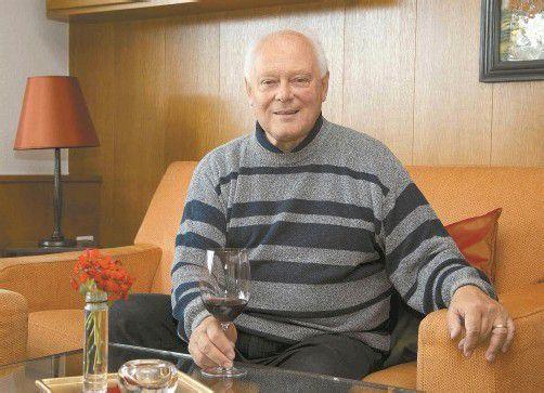 Das Gläschen in Ehren gönnt sich Sieghard Baier jeden Tag mit gutem Gewissen. Foto: VN/Paulitsch