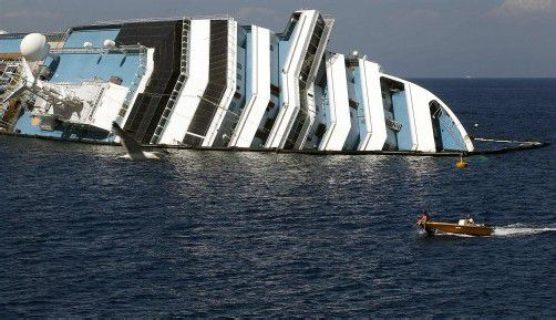 """Das Kreuzfahrtschiff """"Costa Concordia"""" rammte einen Felsen, 32 Menschen starben. Nach dem Unglück wurde Kapitän Schettino entlassen."""
