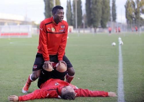 David Alaba ist zurück im Training der österreichischen Nationalmannschaft. Wie sehr der 20-Jährige dies genießt, zeigt auch das linke Bild mit Marko Arnautovic (am Boden). Fotos: apa/5