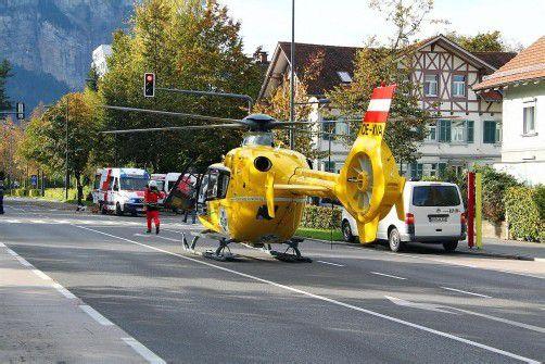 Der Helikopter landete auf der Stadtstraße. vol.at/pletsch