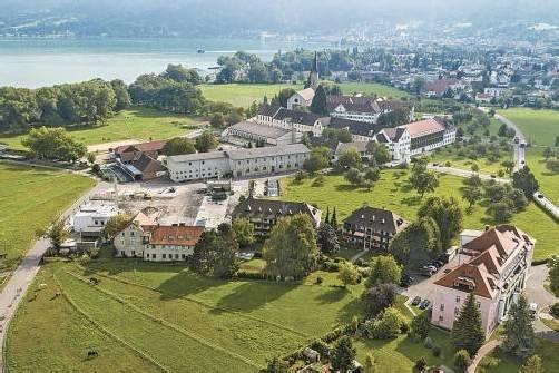 Der Klostergutshof Mehrerau (links im Klosterkomplex) ist einer der größten Vorarlberger Landwirtschaftsbetriebe und wird in Zukunft für Sutterlüty biologische Lebensmittel erzeugen. Foto: Panograf/Walser