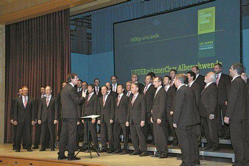 Der LiederMännerchor Alberschwende hat gleich bewiesen, dass das neue Chorbuch einige Hits enthält. Foto: Hronek