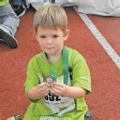 Der junge Teilnehmer ist stolz über seine erste Medaille.