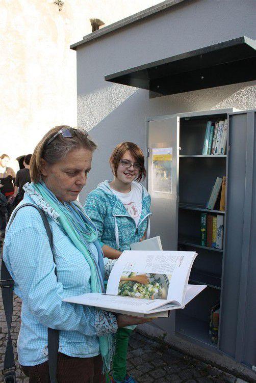 Der offene Bücherschrank bietet Lektüre rund um die Uhr. Foto: doh