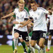 Deutschlands Torschützen Marco Reus (l.), der einen Doppelpack erzielte, und Miroslav Klose (r.) in Aktion. Foto: epa