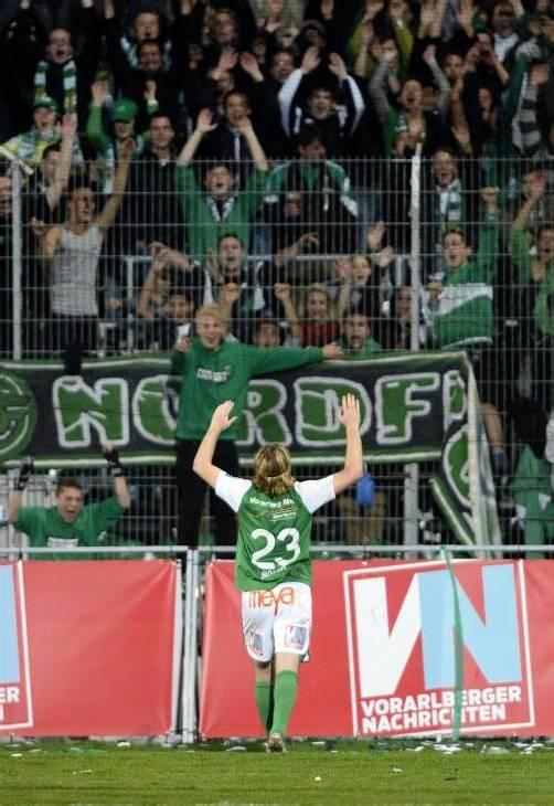 Die Austria-Fans feiern ihren Helden. Sascha Boller kam, dribbelte und traf zum entscheidenden 2:1 im Derby. Fotos: Stiplovsek