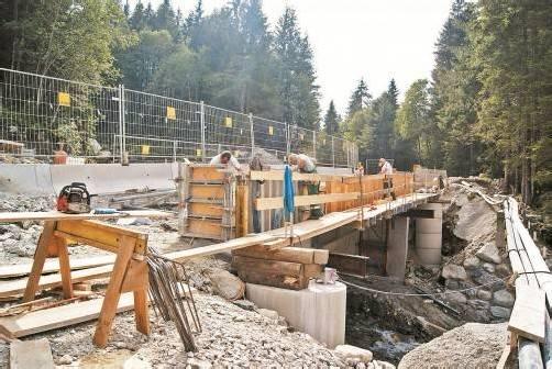 Die Bauarbeiten am zweiten Abschnitt der Valiserabrücke werden intensiv vorangetrieben. Foto: H. Reimann