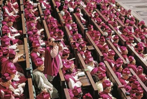 Die Bischöfe (Konzilsväter) auf ihren Plätzen in der Peterskirche. Wohl beraten war, wer bei diesen Dimensionen ein Fernglas im Gepäck hatte.
