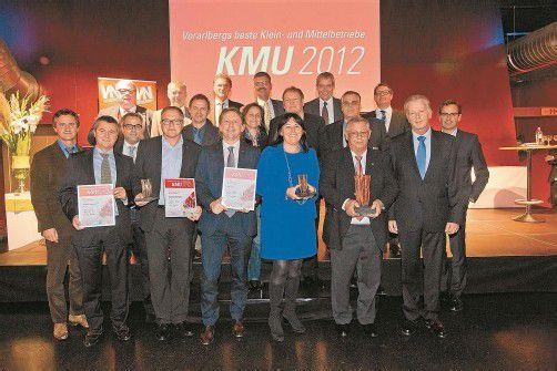 """Die Gewinner und Ausgezeichneten des KMU-Wettbewerbs der VN, """"Vorarlbergs beste Klein- und Mittelbetriebe 2012"""", mit den Sponsoren und Partnern."""