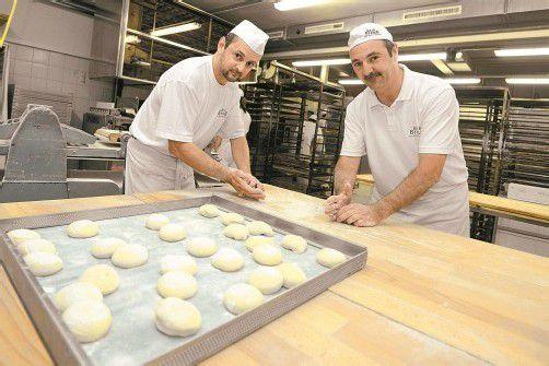 Die Handsemmeln sind die Königsdisziplin für jeden Bäcker. Thomas Gantner (rechts) stellt mit seinem Team bis zu 750 Stück am Samstag her.