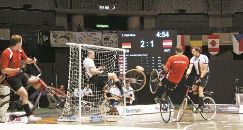 """Die Höchster Patrick Schnetzer (l.) und Dietmar Schneider beendeten im Vorjahr in Japan den """"Gold-Fluch"""" und holten sich den langersehnten Weltmeistertitel im Radball. Foto: Verein"""