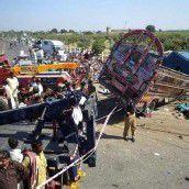 Lkw rammt Bus: 21 Menschen tot