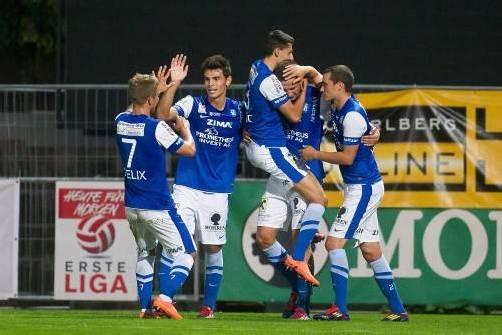 Die Kicker des FC Lustenau feierten Stipe Vucur (Zweiter von rechts), den Torschützen zum 1:0. Foto: steurer