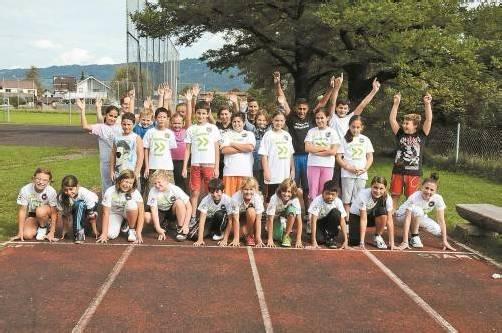 Die MS Hard-Mittelweiherburg nimmt geschlossen mit 245 Schülern am Kindermarathon teil. Im Bild die 1a und 1b beim Training mit ihren Sportlehrern. Foto: akp