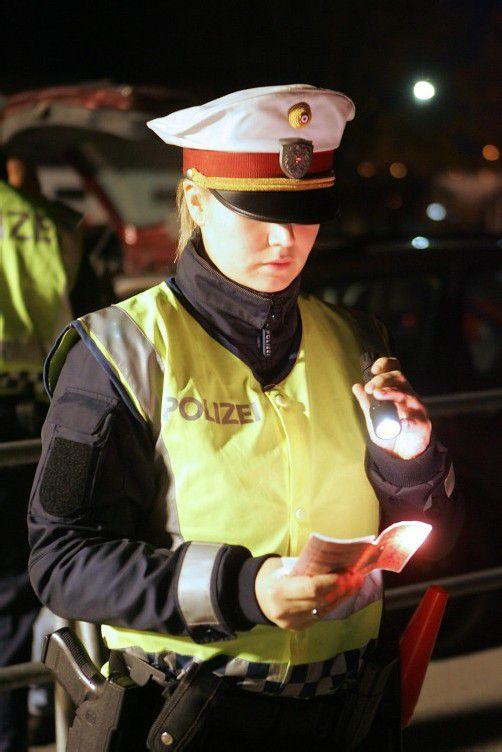Die Polizeibeamten kontrollierten mehrere Hundert Fahrzeuge.  VN