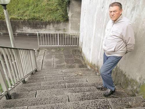 Die Treppe wird abgerissen und durch einen Ausbau des Trampelpfades ersetzt werden. Foto: cth