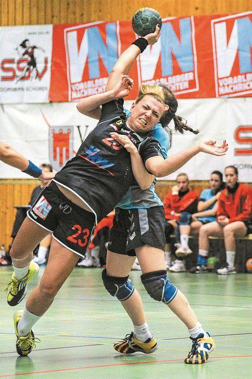 Die Wienerinnen waren nicht zimperlich in der Wahl ihrer Mittel, die SSV-Spielerinnen (im Bild Michaela Lindner) zu stoppen. Foto: vn/Lerch