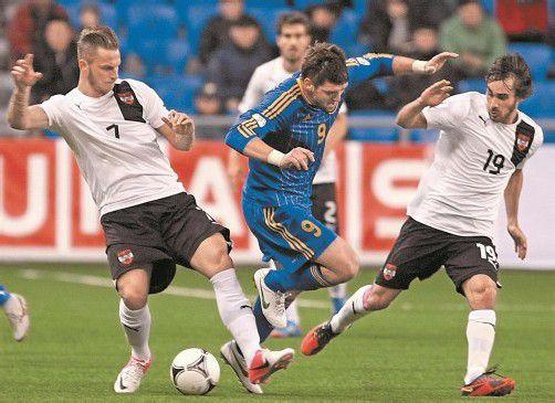 Die beiden ÖFB-Spieler Marko Arnautovic (links) und Veli Kavlak (rechts) stoppen Kasachstans Angreifer Sergei Ostapenko. Foto: ap